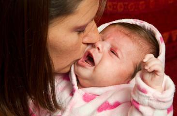 mamma che bacia bimba
