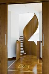 scala a chiocciola e pavimento di legno con intarsio