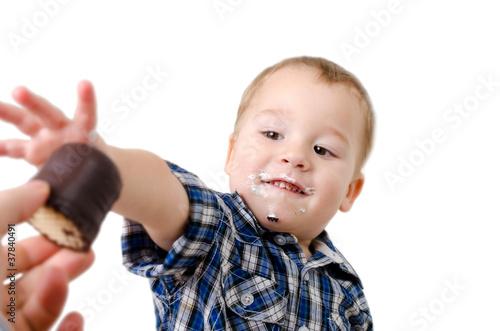 Fremde Hand reicht Süßigkeien