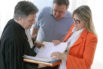Avocat avec avant l'audience au tribunal