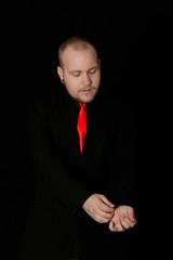 Mann mit roter Krawatte
