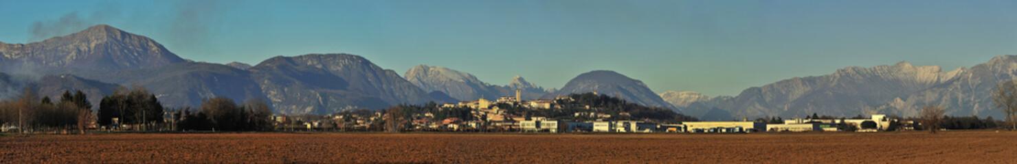 panoramica delle alpi carniche da san daniele  del friuli