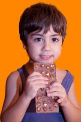 bambino che mangia ciocclotato alle nocciole