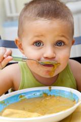 Petite garçon qui mange