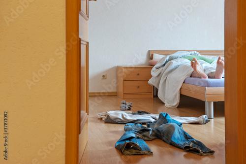 Mann allein in der Wohnung