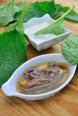 Preparazione frittelle con foglie di borragine e alici