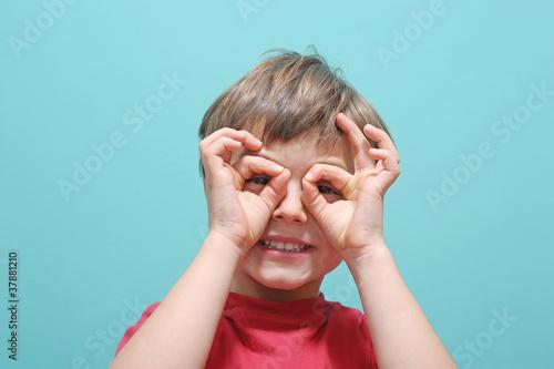 Kind braucht eine Brille