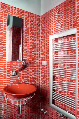 Bagno moderno con piastrelle rosse immagini e fotografie - Piastrelle bagno rosse ...