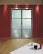 porta a vetri in soggiorno su parete rossa