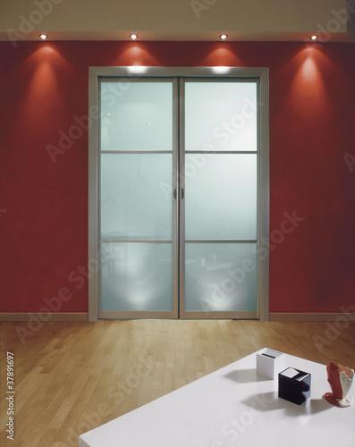 Porta a vetri in soggiorno su parete rossa immagini e for Parete rossa soggiorno