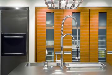 dettaglio del rubinetto di acciaio di una cucina moderna