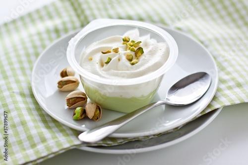 Pistazien pudding mit Schlagsahne