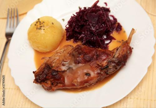 Kaninchenkeule mit Rotkohl und Kartoffelkloss