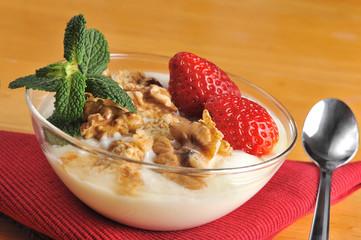 Desayuno sano de muesli con frutos secos, fresas y yoghourt