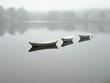 Boote auf nebligem See