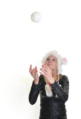 femme avec des boules de neige sur fond blanc