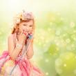 Kleine Prinzessin mit buntem Hintergrund
