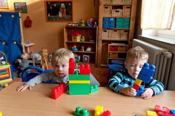 Kinder speilen mit Bausteinen