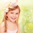 Kleine Lady mit buntem Hintergrund