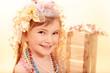 Kleine Prinzessin in Blumen und Perlen