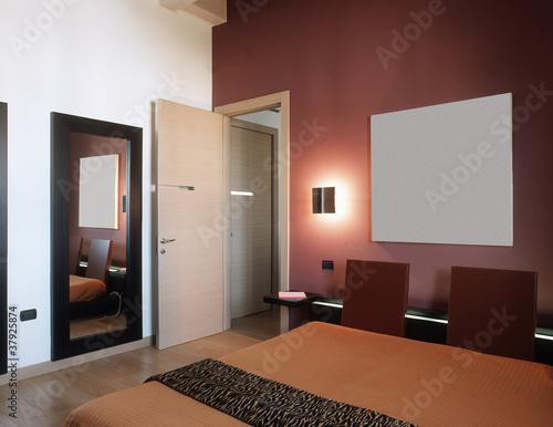 Camera da letto moderna con parete colorata di rosso - Parete viola camera da letto ...