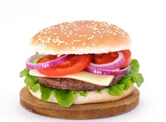 Cheeseburger su tagliere di legno
