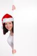 teenager mit weihnachtsmütze hält werbetafel
