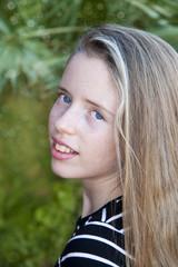 Retrato de niña rubia con ojos azules.