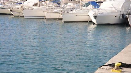 Segel und Motorboote im Hafen