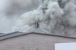 Feuerwehr löscht Lagerhalle Qualm
