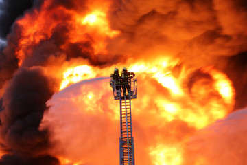 Feuerwehr vor Flammen