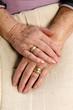 Beringte Hände einer Seniorin