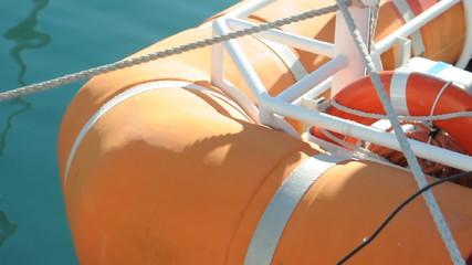 Schlauchboot im Hafen