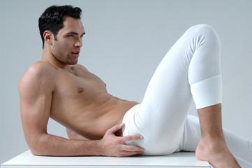 junger Mann in Unterwäsche