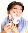 Hombre afeitándose la cara.