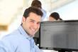 Jeune cadre dynamique au bureau
