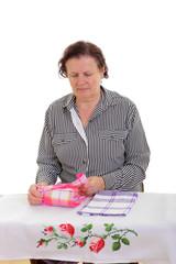 Frau faltet Tücher