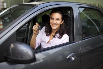 Frau mit Autoschlüssel im Auto sitzend