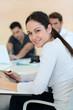 Jeune femme souriante en réunion de travail