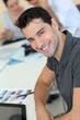 Jeune homme au bureau avec tablette graphique