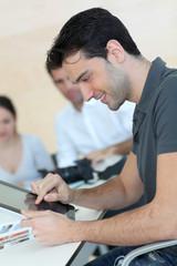 Jeune homme utilisant tablette graphique