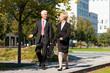 Geschäftsleute unterhalten sich im Freien