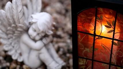 Engel und Grablicht