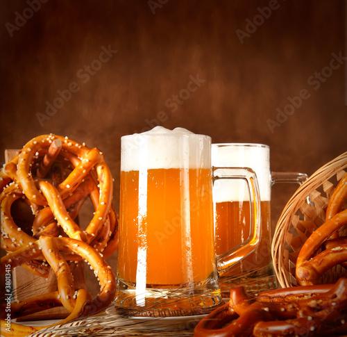 Boccale di birra con pane bavarese (oktoberfest)