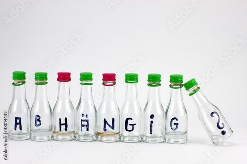 """Likörflaschen mit Aufdruck """"abhängig ?"""" Freisteller"""
