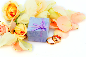 roses petal and box for golden rings
