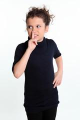 """Девочка показывает жест """"тише"""""""