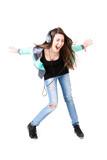 Jugendliche hört begeistert Musik