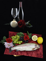 Menü mit Fisch und Wein