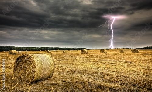 Unwetter - Feld und Blitz
